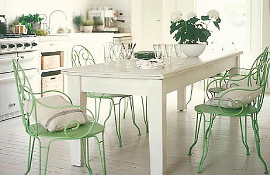 Tα παλιά έπιπλα δεν χρειάζεται να δείχνουν παλιά: Βάψτε σε ένα χρώμα της μόδας τις παλιές μεταλλικές καρέκλες και αμέσως θα δείξουν σαν καινούργιες.