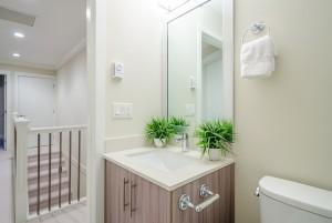 Τα χερούλια στήριξης στην μπανιέρα, στον τοίχο ή στο έπιπλο του μπάνιου προσφέρουν ασφάλεια.