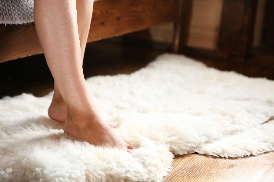 Εκτός από τη σωστή θέρμανση υπάρχουν και άλλοι τρόποι για να ζεστάνετε το σπίτι σας. Μερικά χαλάκια, τα ζεστά βαμβακερά ρούχα και η cozy ατμόσφαιρα μπορούν να κάνουν θαύματα.