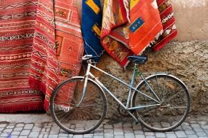 Μάλλινα και μεταξωτά κιλίμια μαζί με μεγάλες μαξιλάρες είναι το σήμα κατεθέν του μαροκινού στυλ.