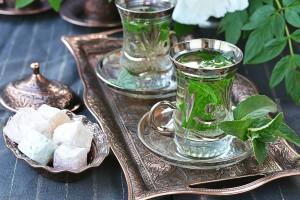 Τσάι με μέντα σερβιρισμένο σε γυάλινα ποτηράκια. Μια μυσταγωγία που δεν πρέπει να χάσετε.