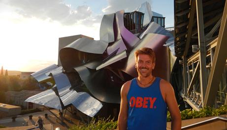 Mε φόντο το κτίριο που σχεδίασε ο Frank Gehry για να φιλοξενήσει το ξενοδοχείο του οινοποιείου Marqués de Riscal, στη Ριόχα.