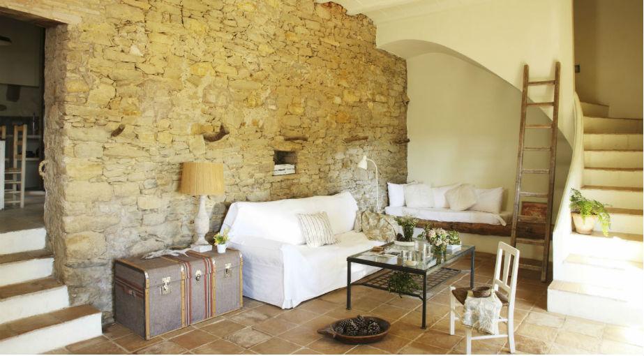 Πέτρα, ξύλο, τερακότα και άλλα αδρά υλικά προσδιορίζουν το στυλ, χωρίς να γίνεται απαραίτητα μουντό.