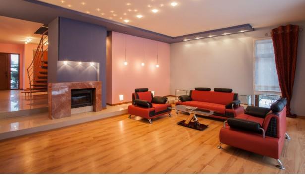 «Με ποια χρώματα να συνδυάσω έναν μπορντό καναπέ, στα έπιπλα και στους τοίχους»;