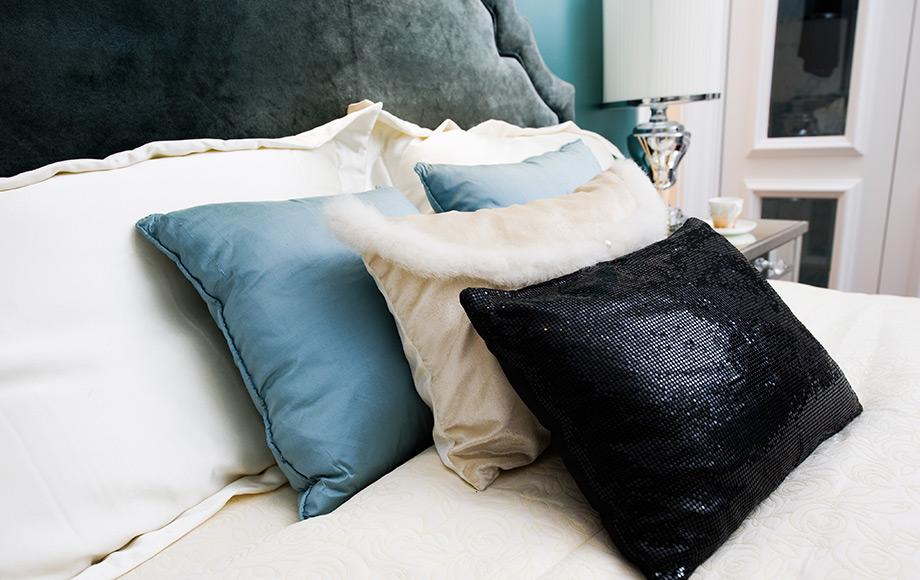 Το κεφαλάρι του κρεβατιού καθώς και τα πολλά διακοσμητικά μαξιλάρια είναι σημαντικά για την πολυτέλεια του δωματίου.