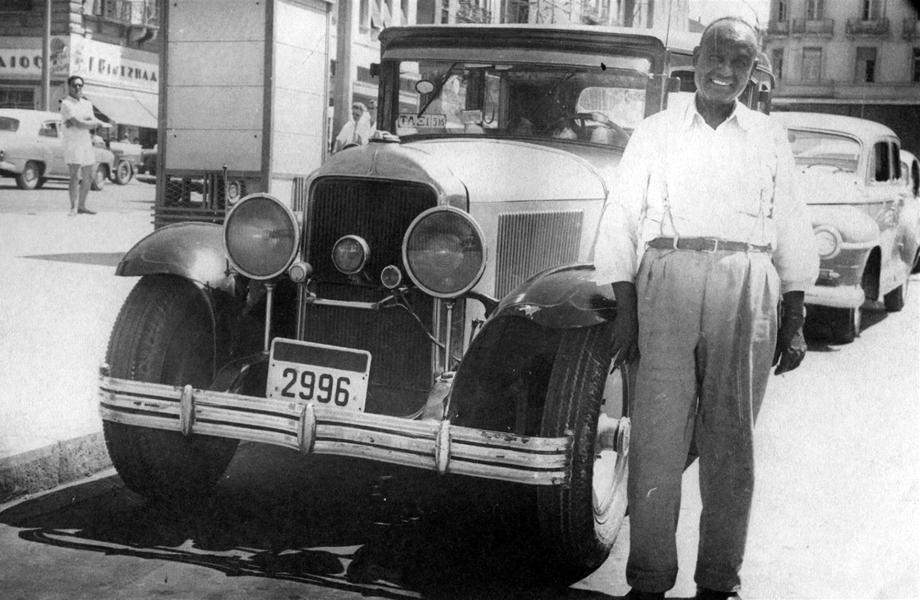 Οδηγός ταξί μπροστά από το όχημά του στην Κλαυθμώνος.