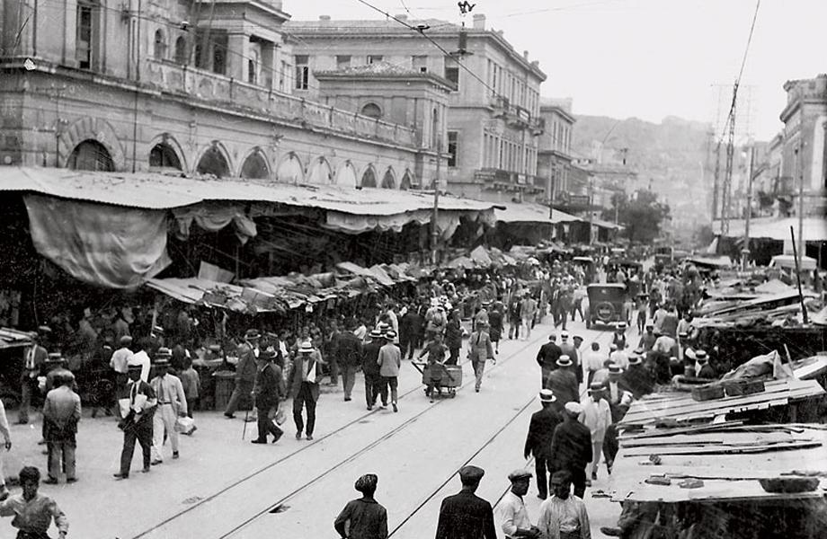 Η οδός Αθηνάς είχε πάντα έντονη εμπορική δραστηριότητα.