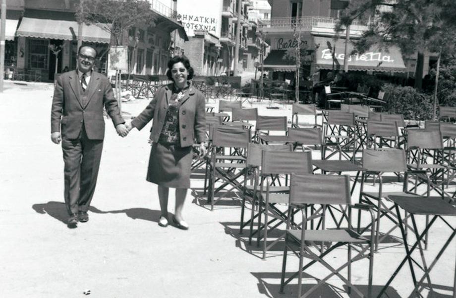 Ζευγαράκι της εποχής κάνει τον περίπατο του στην πλατεία Κυψέλης.