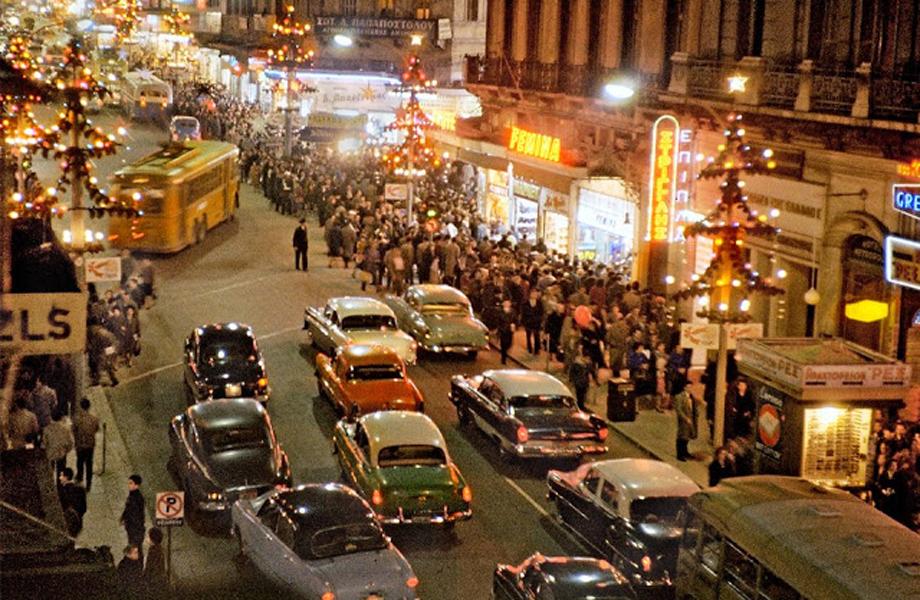 Φωταγωγημένη η γιορτινή Αθήνα στα μέσα της δεκαετίας.