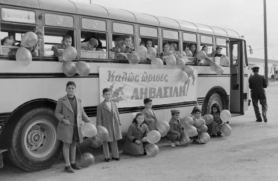 Μαθητές σε σχολικό λεωφορείο υποδέχονται τον Άγιο Βασίλη.