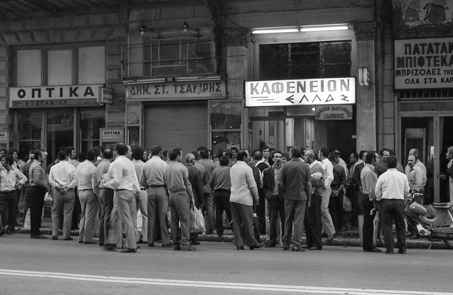 Οικοδόμοι  στην οδό Αθηνάς, πριν ξεκινήσουν για το μεροκάματο.