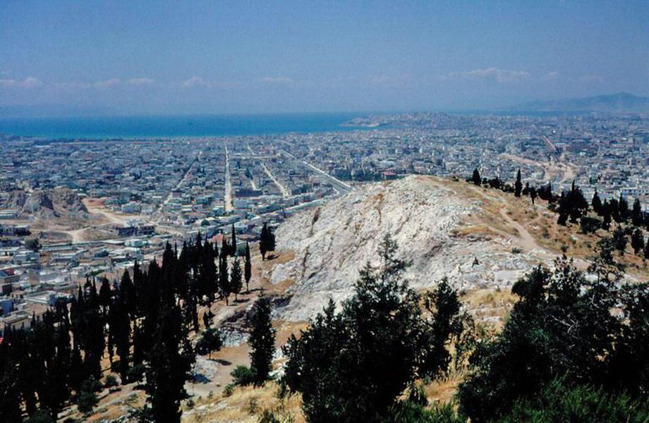 Άποψη της αναπτυσσόμενης Αθήνας μέχρι τη θάλασσα.