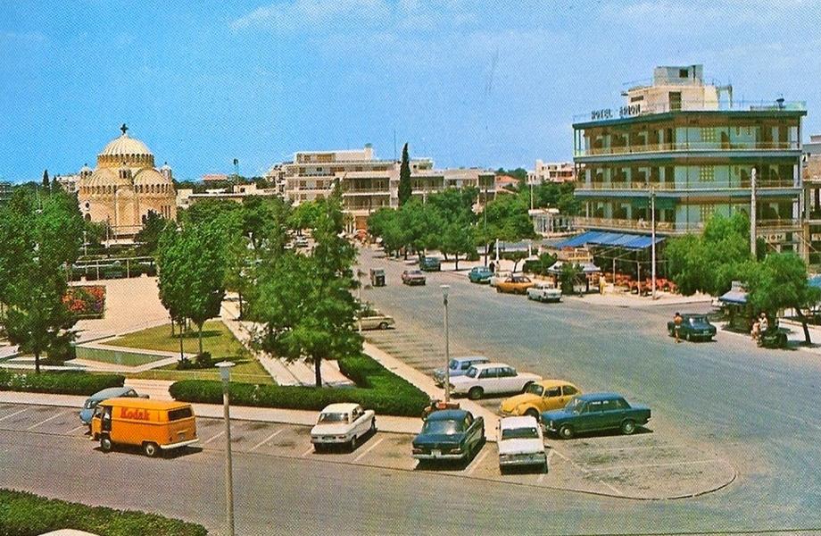 Η πλατεία της Γλυφάδας, σχεδόν αναλλοίωτη.