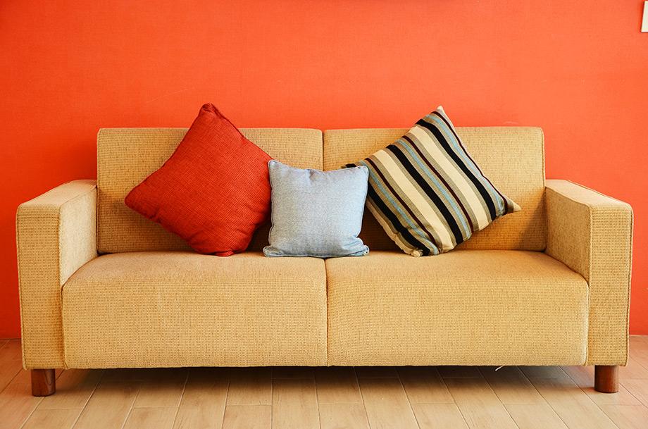 Βάψτε έναν τοίχο σε έντονο χρώμα και προσθέστε μαξιλάρια στις αποχρώσεις του τοίχου.