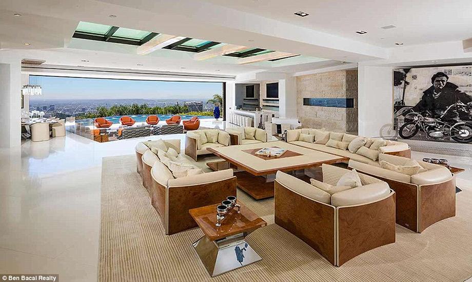 Το σαλόνι με την υπέροχη πανοραμική θέα.