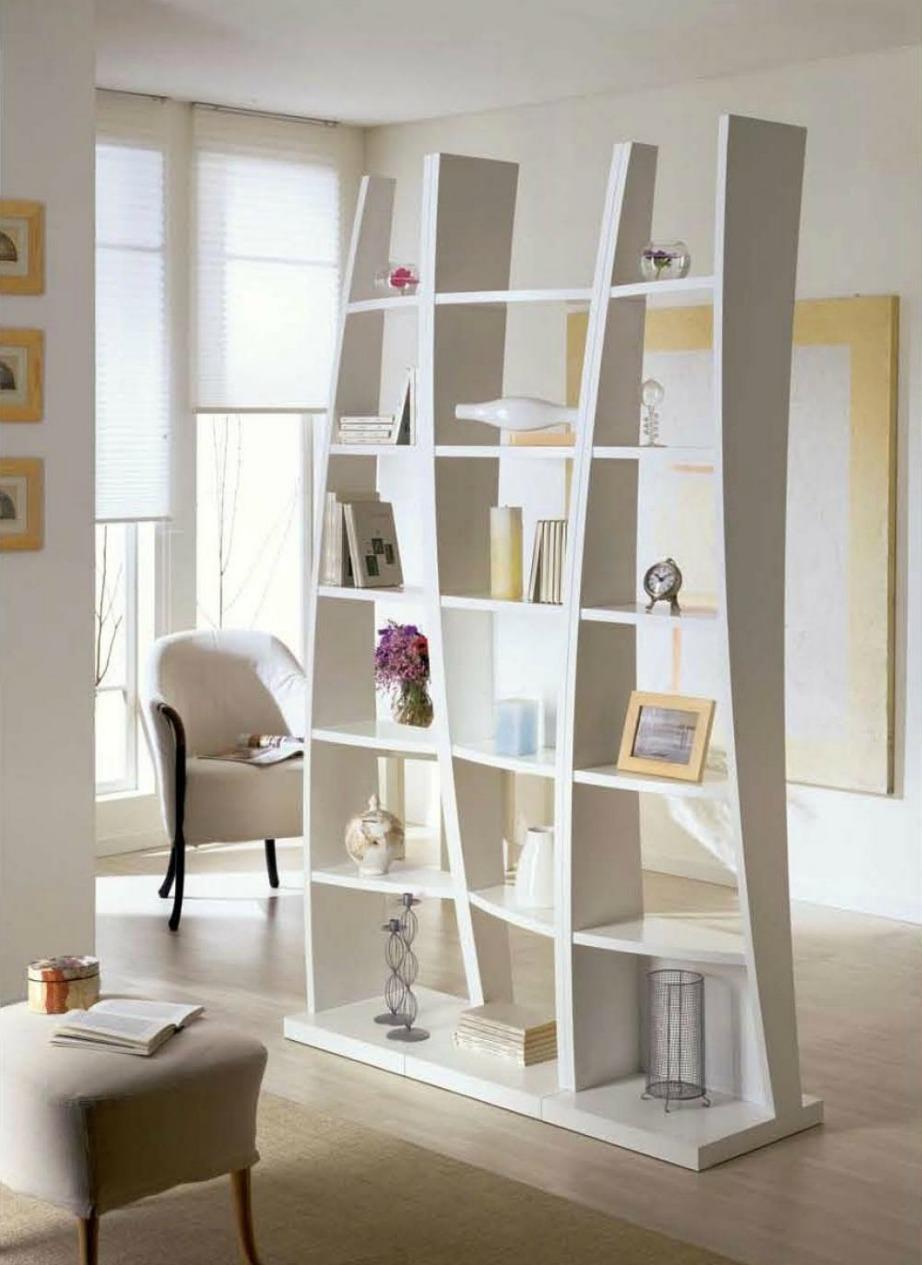 Μια πολύ ωραία ιδέα είναι να χωρίσετε δύο χώρους με μια όμορφη βιβλιοθήκη.