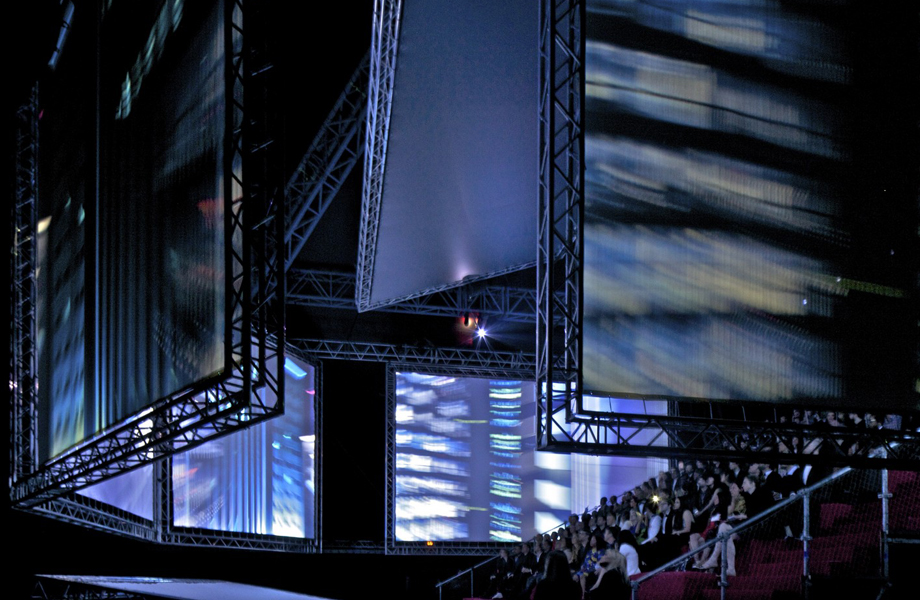 To εντυπωσιακό περίπτερο που επέλεξε ο Kanye West να φιλοξενήσει την πρεμιέρα της πρώτης του σκηνοθετικής απόπειρας.