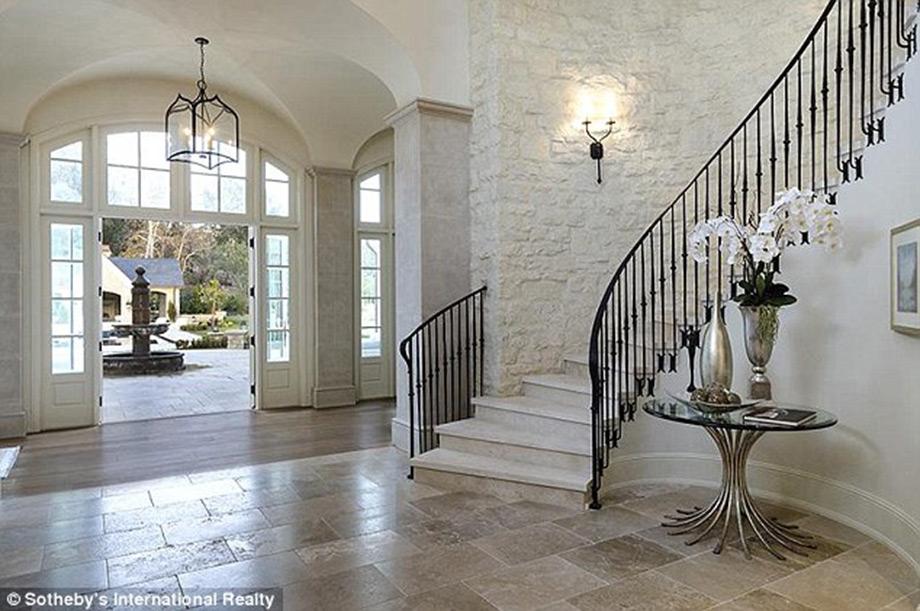 Η είσοδος της οικίας.