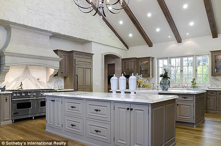 Το λευκό επικρατεί και στην κουζίνα σε συνδυασμό με γήινους τόνους.