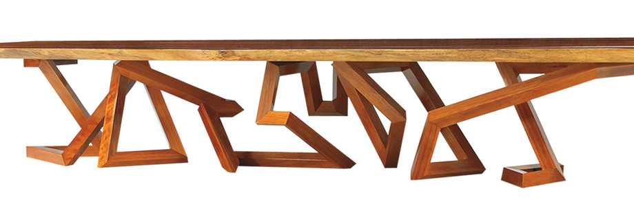 Τραπέζι δείπνου σχεδιασμένο από τον Brad Pitt σε συνεργασία με τον Frank Pollarο. O κινηματογραφικός Αχιλλέας προτείνει τολμηρές γραμμές και δυναμισμό στο design των επίπλων του.