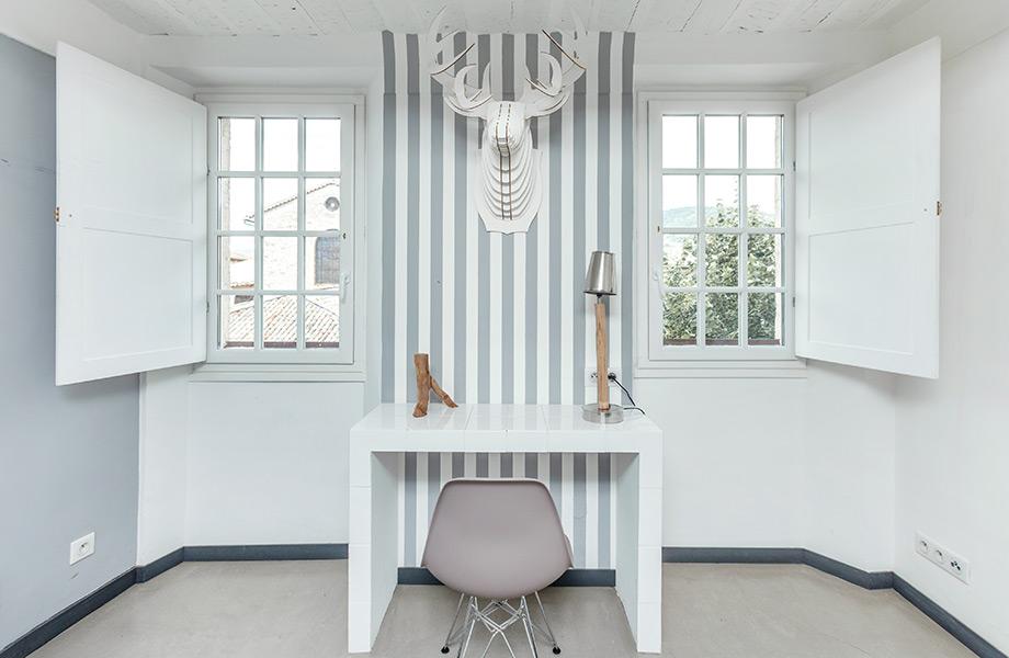 Μπορείτε να χρησιμοποιήσετε ταπετσαρία μόνο σε ένα μικρό κομμάτι του τοίχου , π.χ., για να οριοθετήσετε ένα γραφείο.