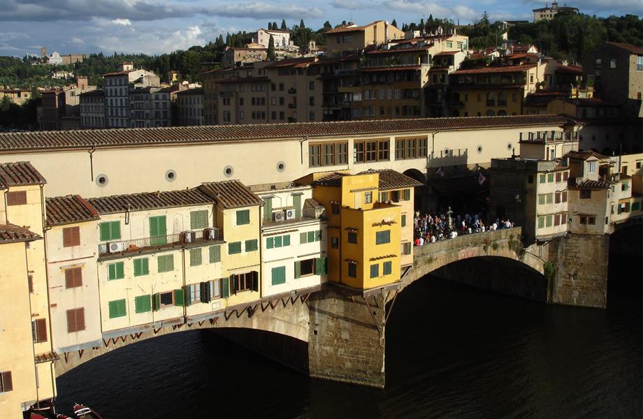 Η γέφυρα παραλίγο να καταστραφεί το Νοέμβριο του 1966 από την υπερχείλιση του ποταμού Arno, ύστερα από έντονες βροχοπτώσεις. Τα καταστήματα υπέστησαν μεγάλες καταστροφές αλλά η γέφυρα επιβίωσε στατικά!