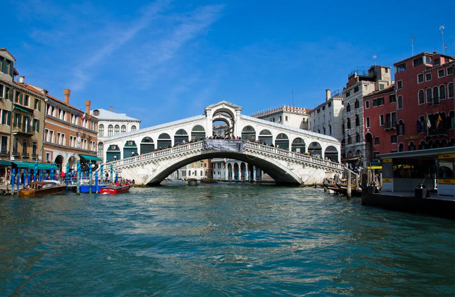 Η γέφυρα Rialto, είναι η παλαιότερη από τις 4 που υπάρχουν στο Μεγάλο Κανάλι της Βενετίας και αποτελούσε τη διαχωριστική γραμμή μεταξύ των περιοχών San Marco και San Polo.