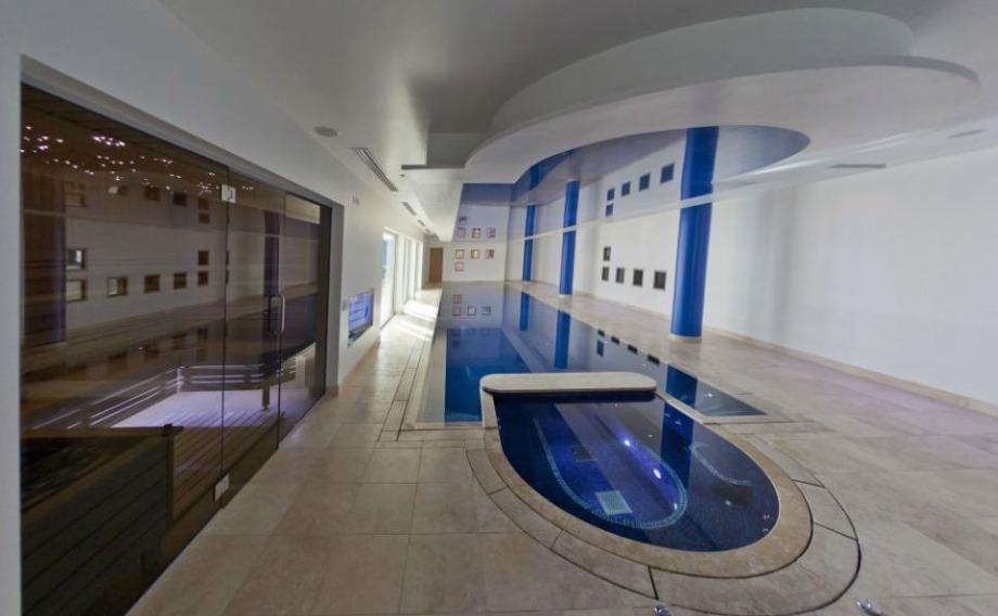 Η πισίνα του σπιτιού είναι μακρόστενη για να βοηθάει τις προπονήσεις σε νερό.