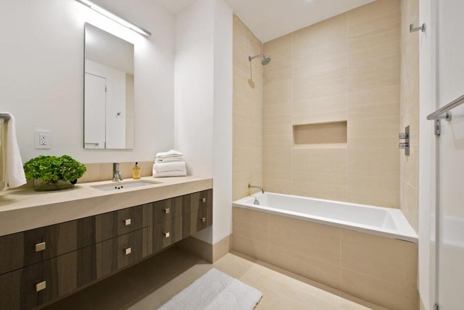 Ξύλο, γήινοι τόνοι και Ιταλικό μάρμαρο το ένα από τα μπάνια.