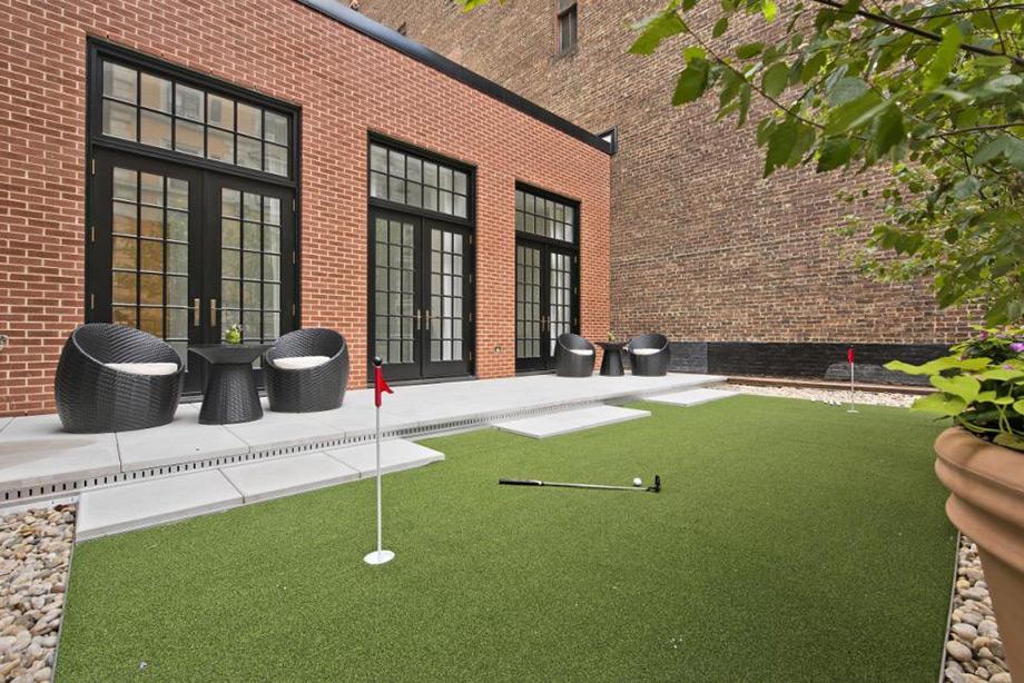 Μία από τις βεράντες διαθέτει και μικρό γήπεδο γκολφ.