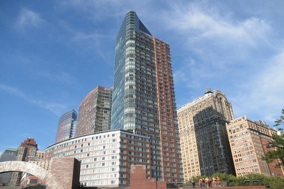 Το κτίριο Ritz-Carlton όπου στεγάζεται το διαμέρισμα.