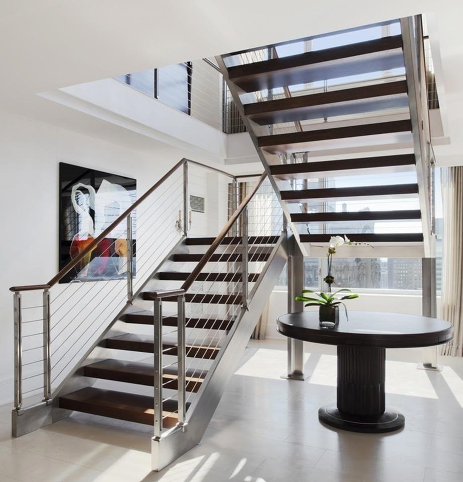 Σκάλα που συνδέει τα δύο επίπεδα του σπιτιού.