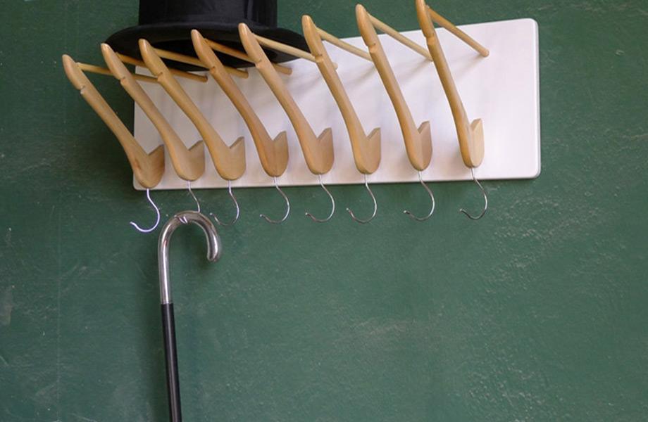 Αντικαταστήστε τις κλασικές μεταλλικές λαβές με ξύλινες κρεμάστρες για να δημιουργήστε μία πρωτότυπη κρεμάστρα τοίχου.