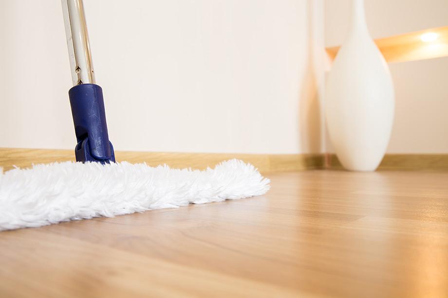 Σκουπίζοντας τα δάπεδα του σπιτιού σας με σταθερή συχνότητα, κρατάτε τα επίπεδα της σκόνης υπό έλεγχο.