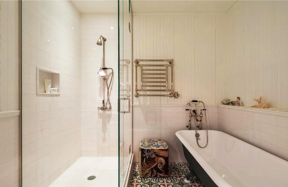 Το εντυπωσιακό μπάνιο του master υπνοδωματίου.