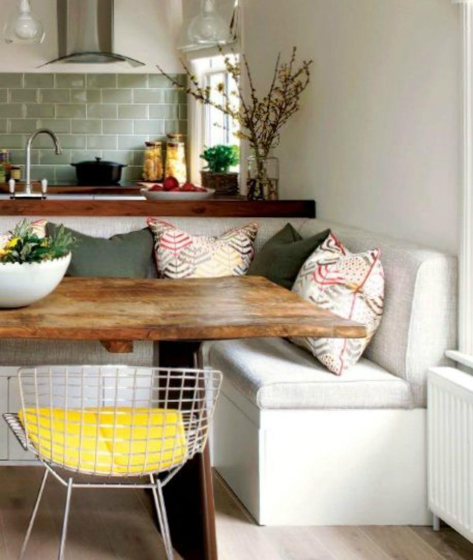 Δείτε πόσο όμορφη είναι αυτή η γωνιά ανέμεσα σε σαλόνι και κουζίνα. Με έναν καναπέ και ένα τραπεζάκι δημιουργείται κατευθείαν επιπλέον τραπεζαρία.