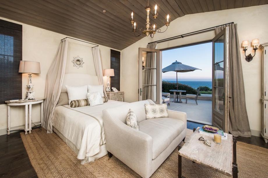 Το master bedroom της οικίας με την δική του βεράντα.