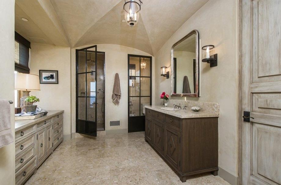 Ένα από τα 12 μπάνια με έντονο το στοιχείο του ξύλου.