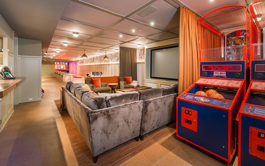 Το home theater βρίσκεται στον ίδιο χώρο με το game room.