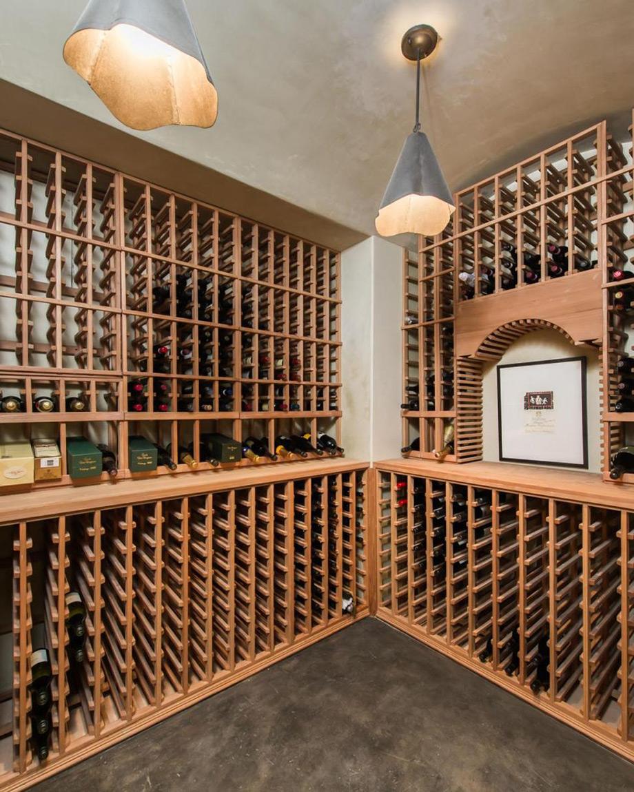 Το κελάρι με τα 800 μπουκάλια κρασί.