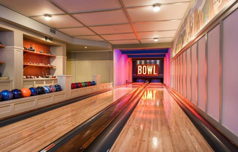 Η αίθουσα με το προσωπικό bowling lane της Lady Gaga.