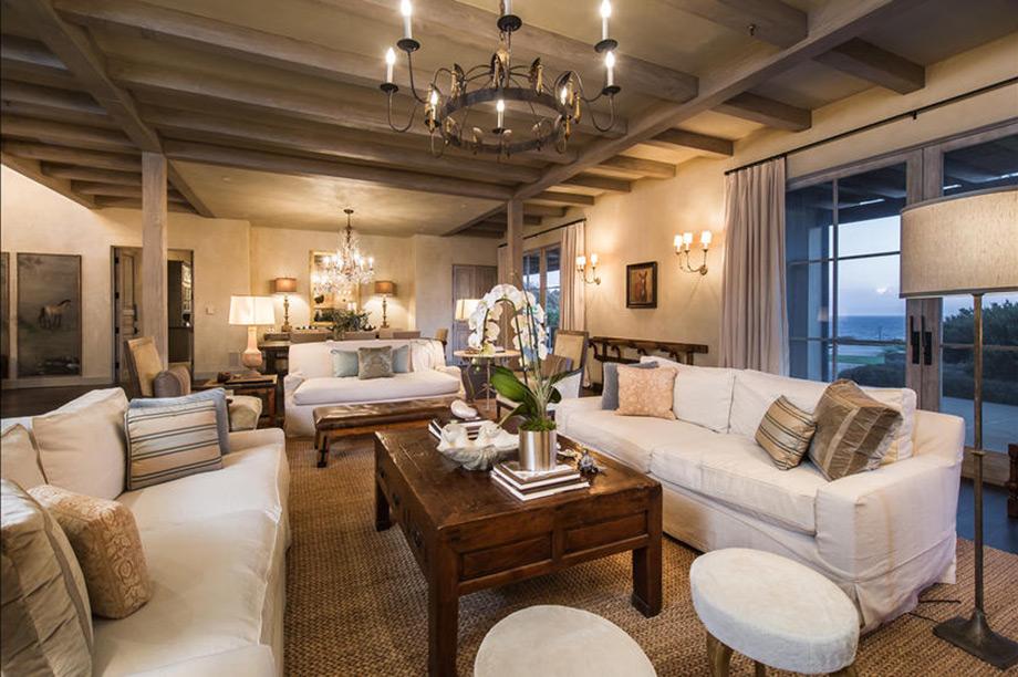 Ένα από τα σαλόνια της οικίας.