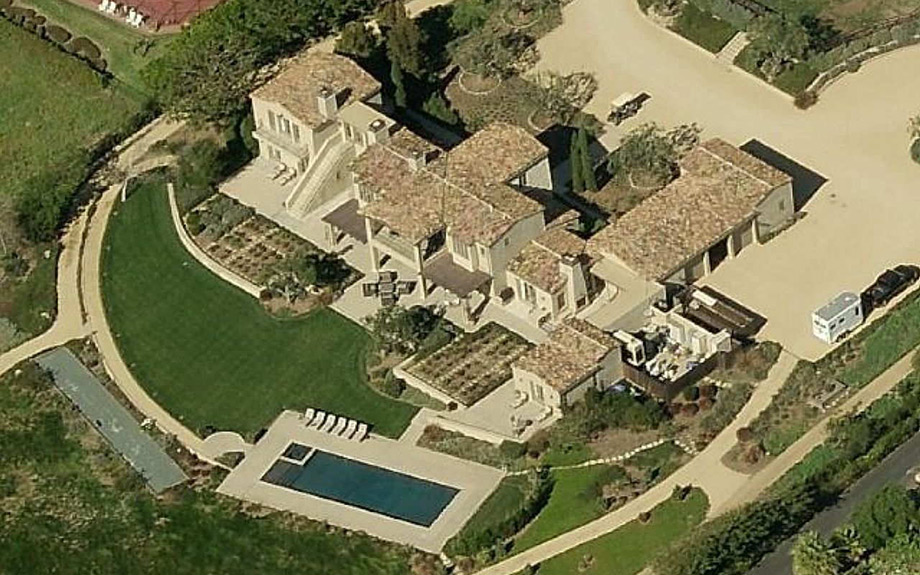 Άποψη της πισίνας από αεροφωτογραφία.