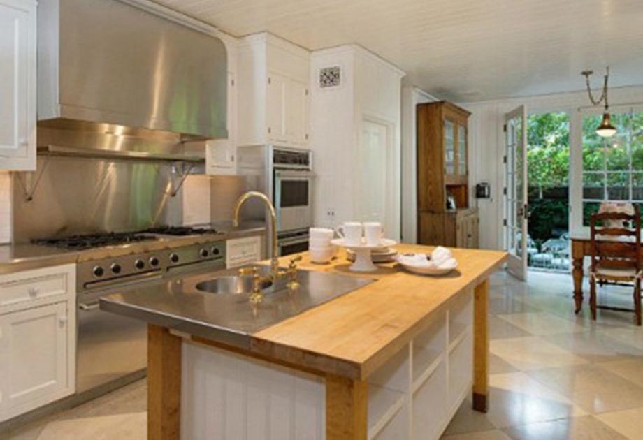 Η κουζίνα σε συνδυασμό ξύλου με inox στοιχεία.