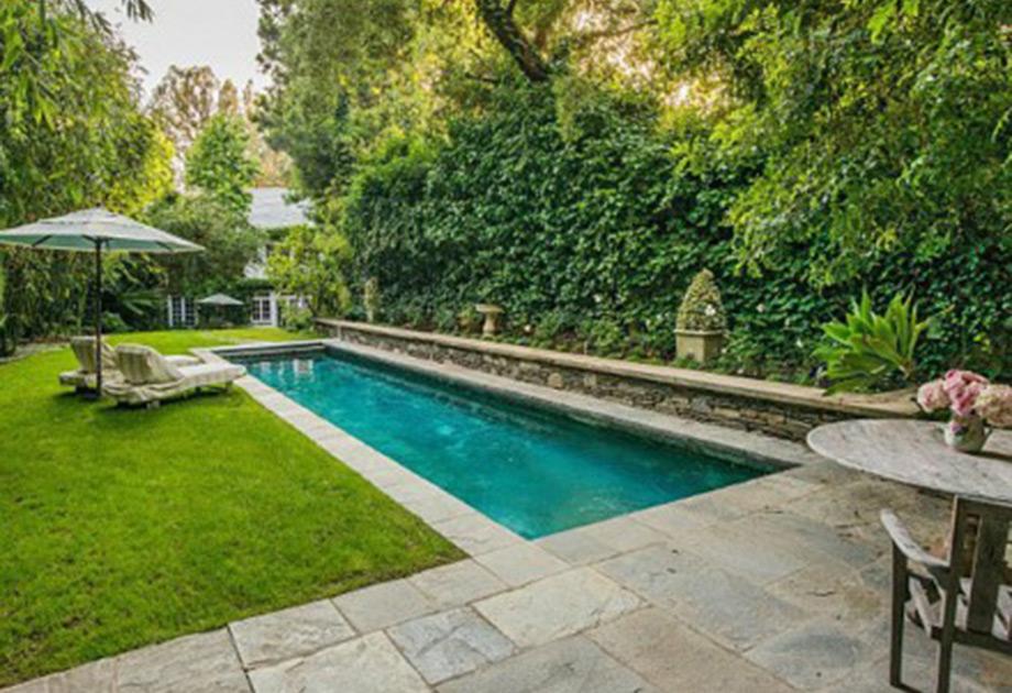 Η πισίνα στον εξωτερικό χώρο του σπιτιού.