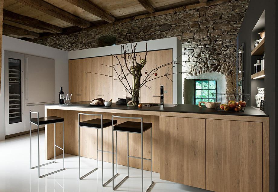 Οι ξύλινες επενδύσεις και τα μεταλλικά αντικείμενα αποτελούν βασικά στοιχεία της ρουστίκ διακόσμησης.