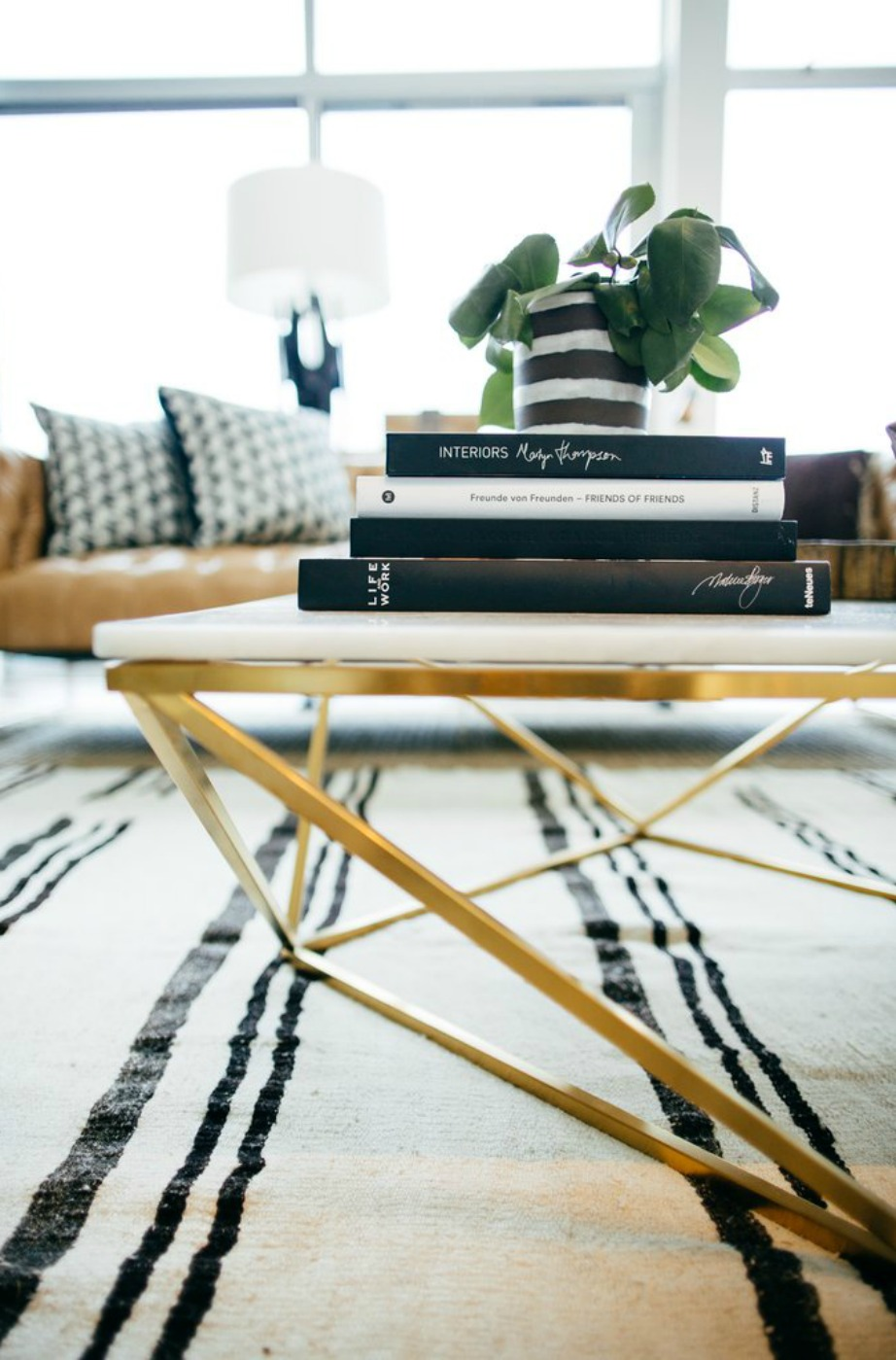 Τα ελαφριά τραπέζια με λεπτά ξύλινα ή μεταλλικά πόδια είναι η καλύτερη επιλογή για ένα σκοτεινό σαλόνι.