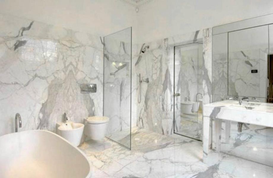 Το μπάνιο του master υπνοδωματίου διαθέτει μαρμάρινες επιφάνειες.