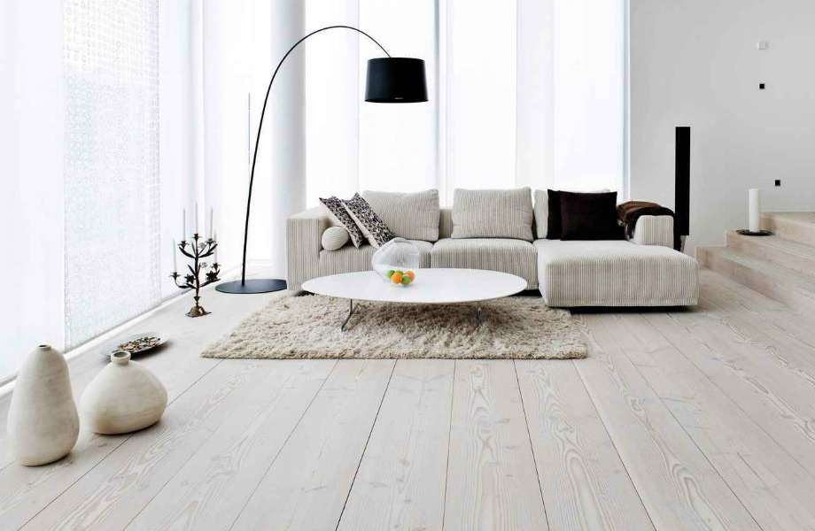 Δώστε μία αίσθηση θαλπωρής και όγκου ντύνοντας το δάπεδό του χώρου σας με χαλιά σε διάφορες off-white αποχρώσεις.