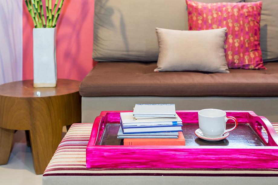 Αντί για coffee table χρησιμοποιήστε ένα σκαμπό με έναν όμορφο δίσκο πάνω του.